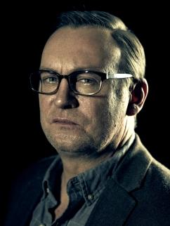 Philip Glenister es el Reverendo Anderson en OUTCAST - Viernes 3 de junio en FOX+.jpg